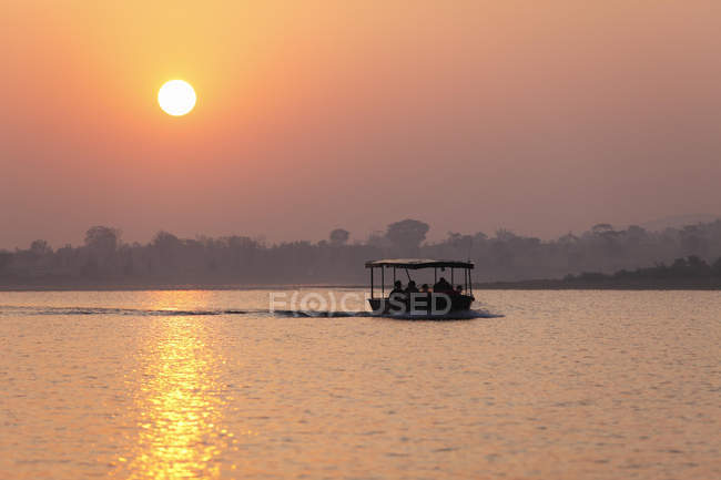 Sunrise, Safariboot auf Kabini reservoir — Stockfoto