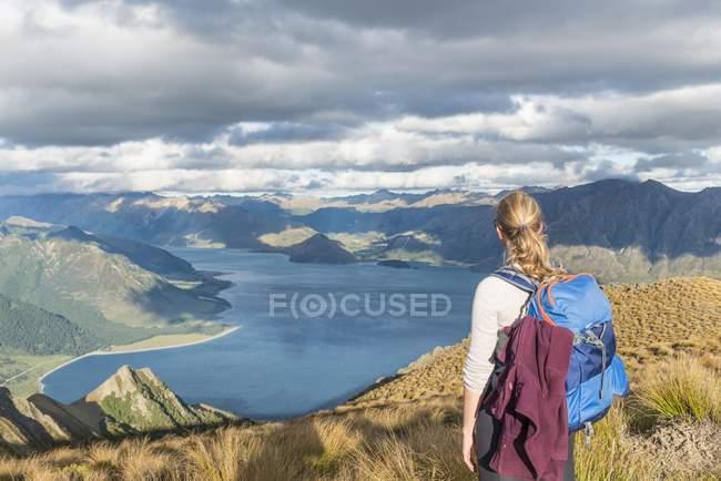 Hiking woman looking at lake — Stock Photo