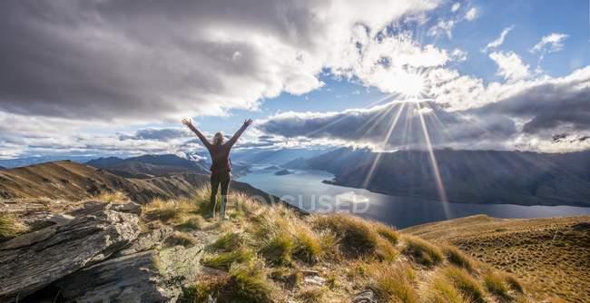 Wanderer, streckte die Arme mit Berge Landschaft — Stockfoto