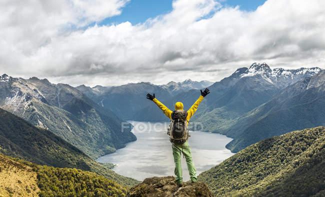Viandante che osserva al lago Te Anau — Foto stock