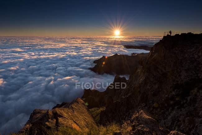 Fotógrafo no pico da montanha — Fotografia de Stock