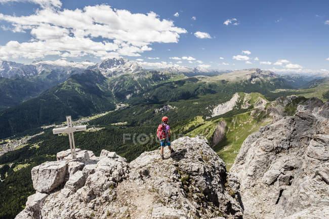 Альпинист, достигнув верхней части Cima d'Auta — стоковое фото
