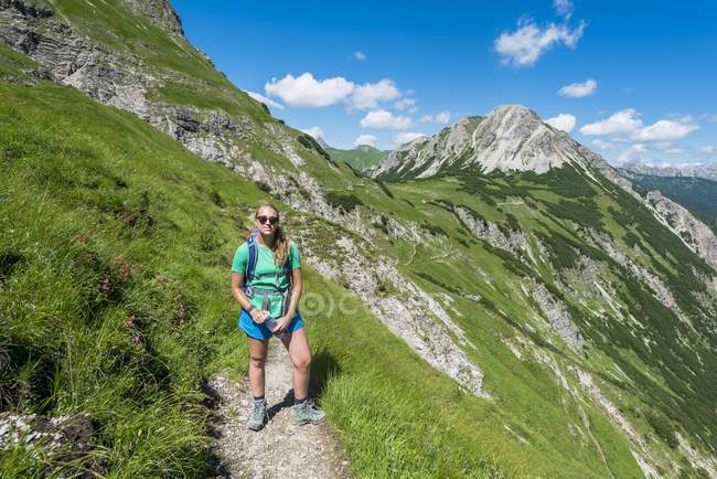 Excursionista en caminar por sendero en los Alpes de Allgäu, Bad Hindelang, Allgäu, Baviera, Alemania, Europa - foto de stock