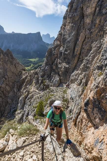 Mujer en vía ferrata, escalada en Nuvolau y Averau montañas, Dolomitas, Tirol del sur, Trentino-Alto Adige, Italia, Europa - foto de stock