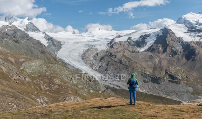 Wanderer, betrachten der Gletscher in Zermatt, Wallis, Schweiz — Stockfoto