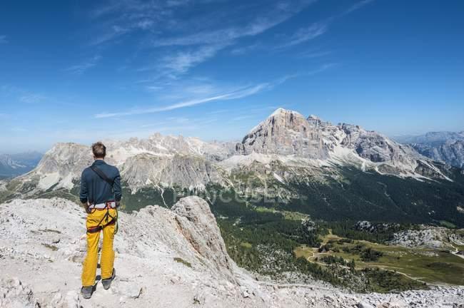 Wanderer am Gipfel des Berges Averau in Dolomiten, Italien — Stockfoto