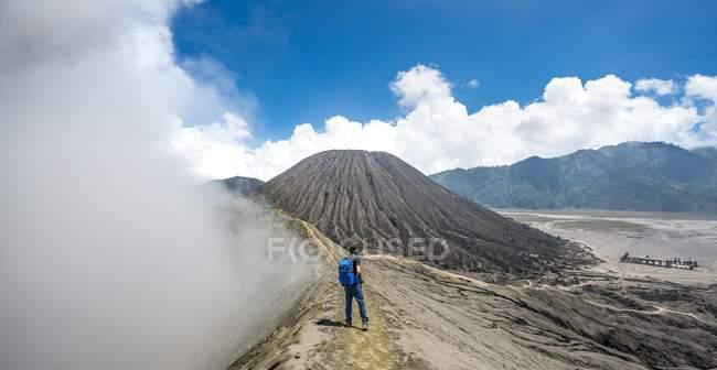 Randonneur sur le chemin d'accès au bord du cratère du volcan Mont Bromo à Java, en Indonésie, Asie de tabagisme — Photo de stock