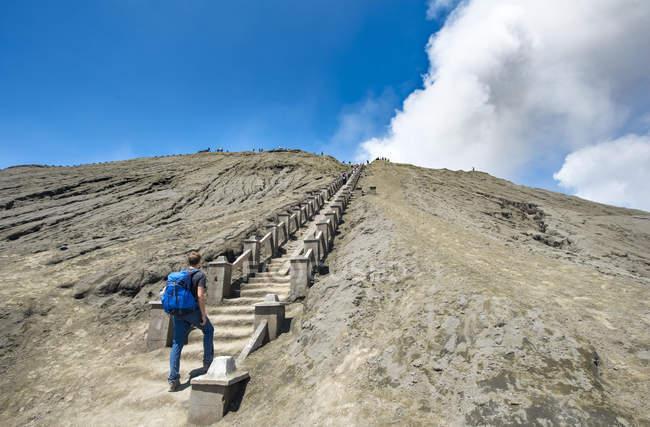 Randonneur dans les escaliers de crater rim de fumer volcan Mont Bromo à Java, en Indonésie, Asie — Photo de stock