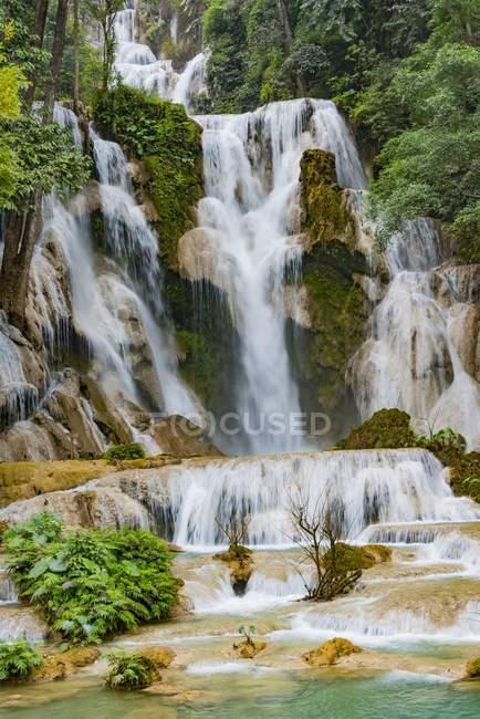 Живописный вид Куанг Si водопад с каскадами, в Лаосе, Азия — стоковое фото