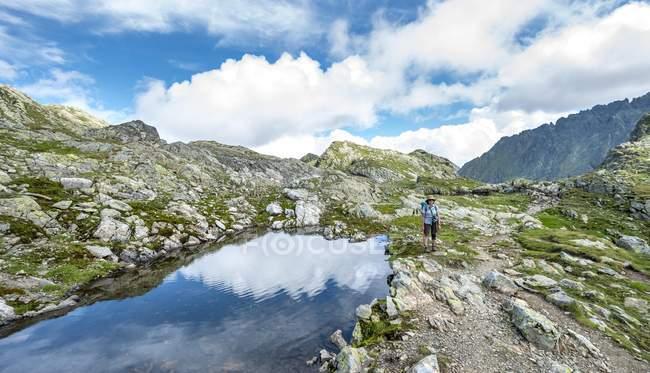 Femme d'âge mûr au lac dans les montagnes de Schladming de Styrie — Photo de stock