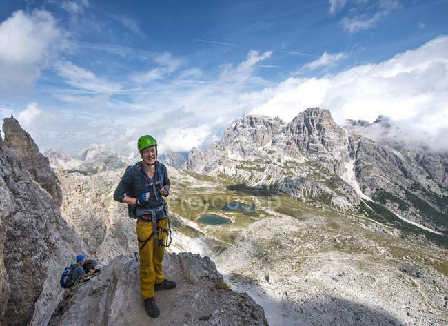 Viandante al massiccio del gruppo Catinaccio nelle Dolomiti, Alto Adige, Italia — Foto stock