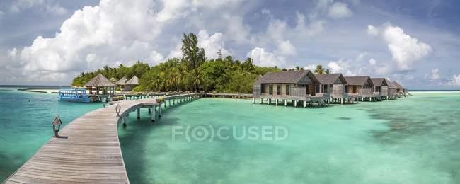 Пирс и хижинах на тропический остров Gangehi, Ари Атолл, Индийского океана, Мальдивы, Азия — стоковое фото