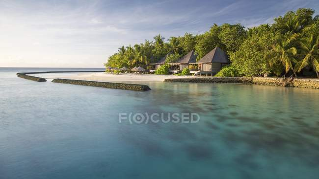 Хижины и пляж на тропический остров Gangehi, Ари Атолл, Индийского океана, Мальдивы, Азия — стоковое фото