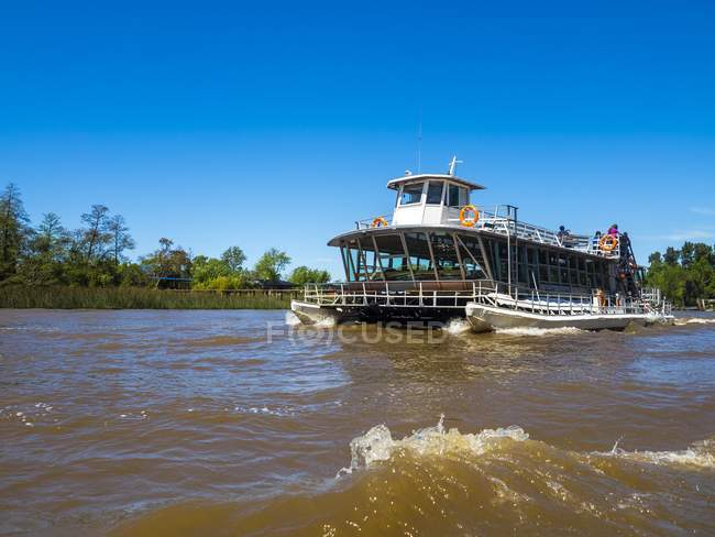 Tourist boat on Parana Delta in Tigre, Buenos Aires, Argentina, South America — Stockfoto