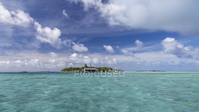 Тропический остров в воде бирюзовый океан, острова Gangehi, Ари Атолл, Мальдивы — стоковое фото