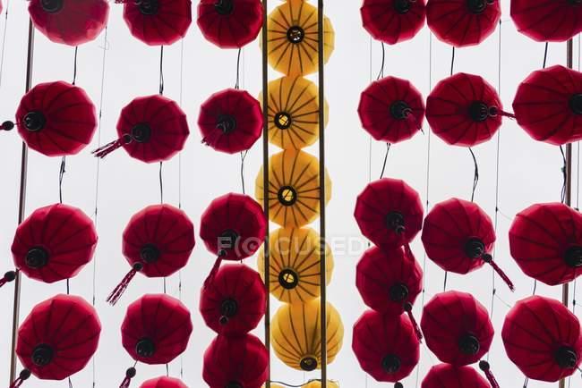 Traditionelle asiatische roten und gelben seidenlaternen — Stockfoto