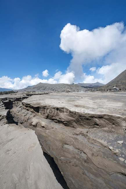 Crevasse en face du volcan Gunung Bromo en Parc National de Bromo Tengger Semeru (Indonésie), l'Asie de la fumer — Photo de stock