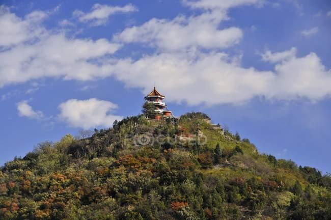 Turm auf Hügel in Baiwangshan Waldpark, touristischen Zentrum von Peking, China, Asien — Stockfoto