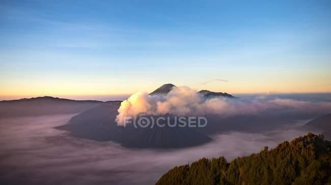 Fumer des volcans au coucher du soleil dans le Parc National de Bromo Tengger Semeru (Indonésie), Asie — Photo de stock
