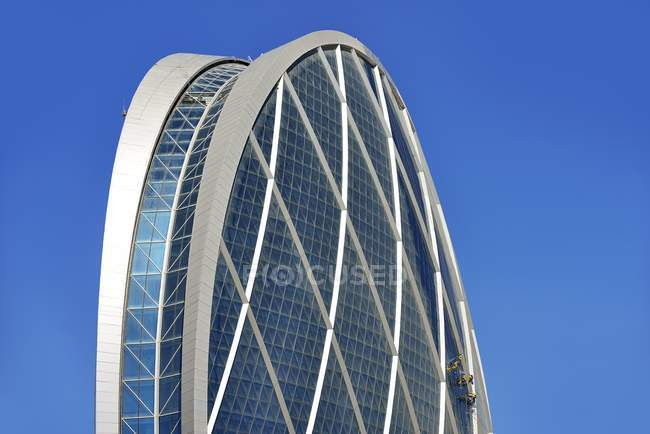 Window cleaners hanging on estate Coin building, Abu Dhabi, United Arab Emirates, Asia — Stock Photo