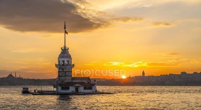 Faro de la torre de la doncella al atardecer en la isla en el Bósforo, Uskudar, Estambul, Turquía - foto de stock