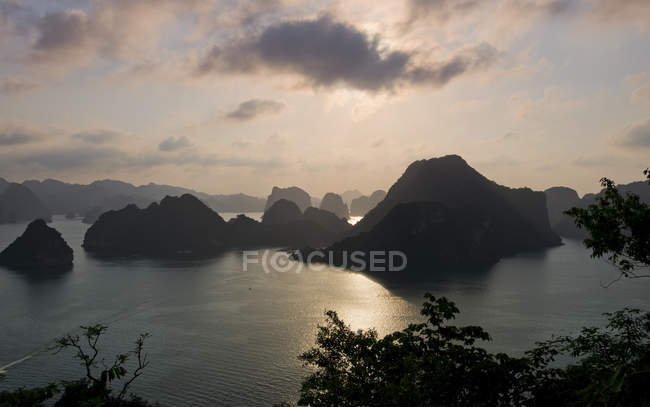 Sunset in Ha Long Bay with limestone cliffs, Gulf of Tonkin, Vietnam, Asia — стокове фото