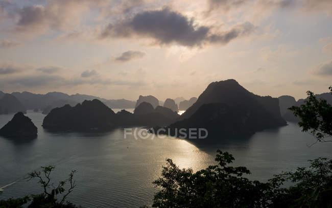 Захід сонця у Ha Long Bay з вапнякових скель, Тонкінська, В'єтнам, Азії — стокове фото