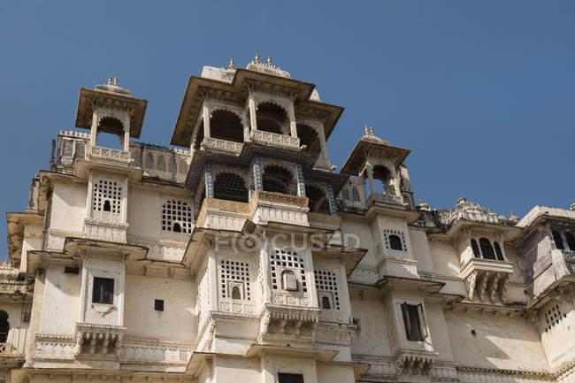 Balcon en façade du Maharaja Palace à Udaipur, Rajasthan, Inde, Asie — Photo de stock