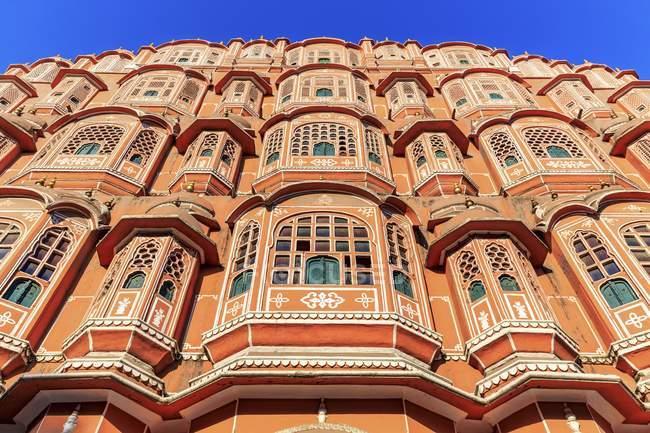 Inquadratura dal basso della facciata del Hawa Mahal Palazzo dei venti, Jaipur, Rajasthan, India — Foto stock