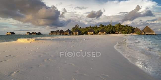 Білий пісок пляжу в лагуні Gangehi острова, Арі атол, Мальдіви — стокове фото