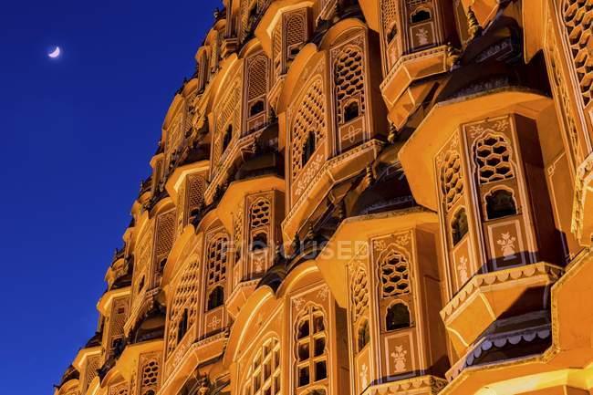 Dettaglio della facciata in arenaria di Hawa Mahal Palazzo dei venti a Jaipur, Rajasthan, India — Foto stock