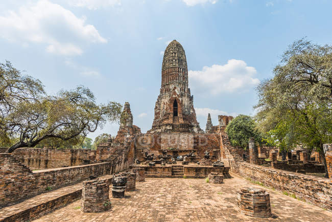 Ruins of Buddhist Tha Wa Su Kri temple in Ayutthaya, Thailand, Asia — Stock Photo