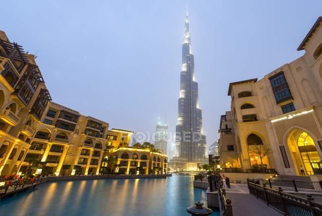 Burj Khalifa con lago artificial y fuentes iluminadas en Dubai, Emiratos Árabes Unidos, Asia - foto de stock