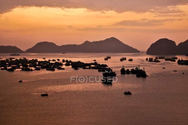 Парусні судна в порту кота Ba, затока Халонг, В'єтнам, Південно-Східної Азії, Азії — стокове фото