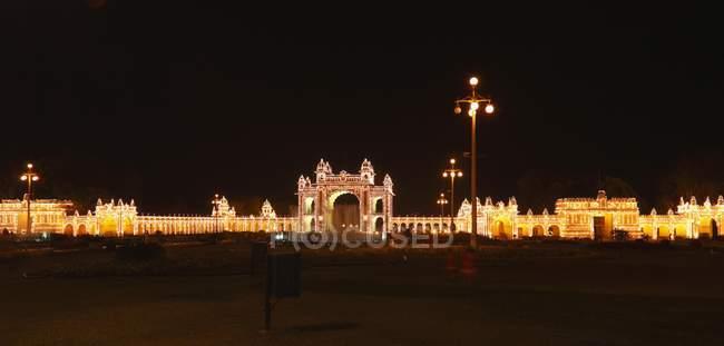 East Gate de Maharaja Palace avec un éclairage avec des lampes à incandescence, Mysore, Karnataka, Inde — Photo de stock