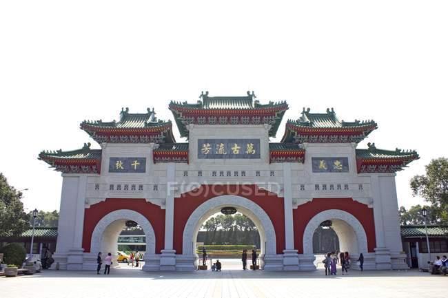 Turisti al cancello in Piazza della libertà a Taipei, Taiwan, Asia — Foto stock