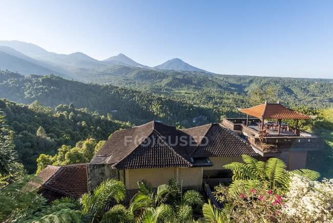 Alto punto di vista dei tetti di edifici e colline di Munduk, Bali, Indonesia, Asia — Foto stock