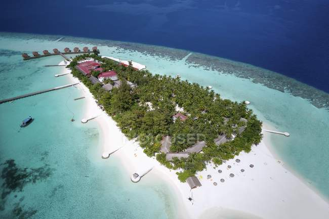 Mayaafushi Island Resort с коралловым рифам, Ари Атолл, Мальдивы — стоковое фото
