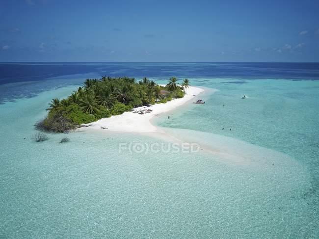 Туристы на необитаемый пальмовом острове с песчаным пляжем, Ари Атолл, Мальдивы — стоковое фото