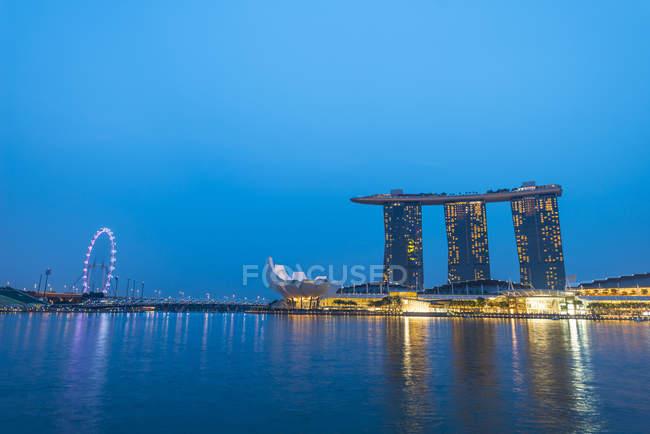 Готель Marina Bay Sands по річці в сутінках, Marina Bay, Сінгапур, Азії — стокове фото