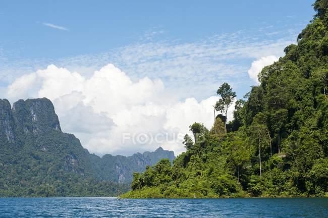 Montagne carsiche boscose con vegetazione della giungla a Chiao Lan Lake, Thailandia — Foto stock