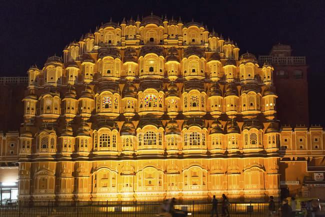 Façade éclairée de Hawa Mahal Palais des vents à Jaipur, Rajasthan, Inde — Photo de stock