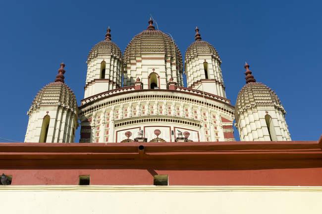 Низкий угол вид храма Дакшинешвар в районе Парганас вблизи Калькутты, Западная Бенгалия, Индия, Азия — стоковое фото