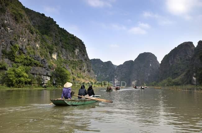 Persone sulle barche a Ninh Binh di Tam Coc grotte di asciutto Halong Bay, Vietnam — Foto stock