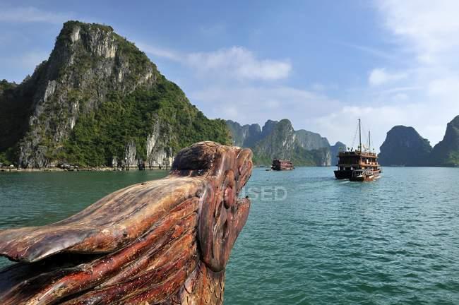 Scultura di legno del drago della barca nella baia di Halong con montagne carsiche in Vietnam — Foto stock