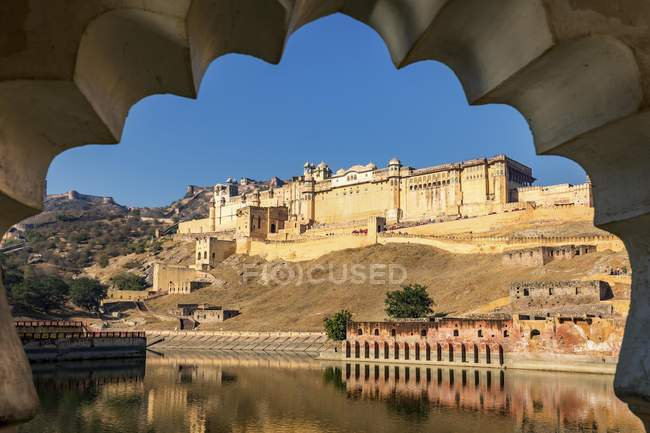Amber Fort on shore of Mahota Lake in Jaipur, Rajasthan, India, Asia — Stock Photo