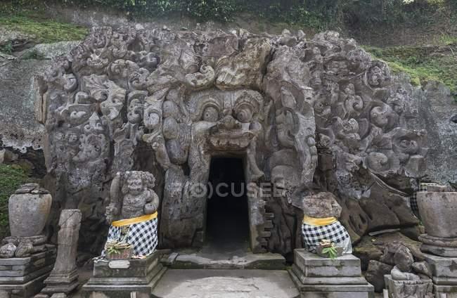 Різьбленням по каменю індуїстських богів на слона печері в Ubud, Балі, Індонезія, Азії — стокове фото