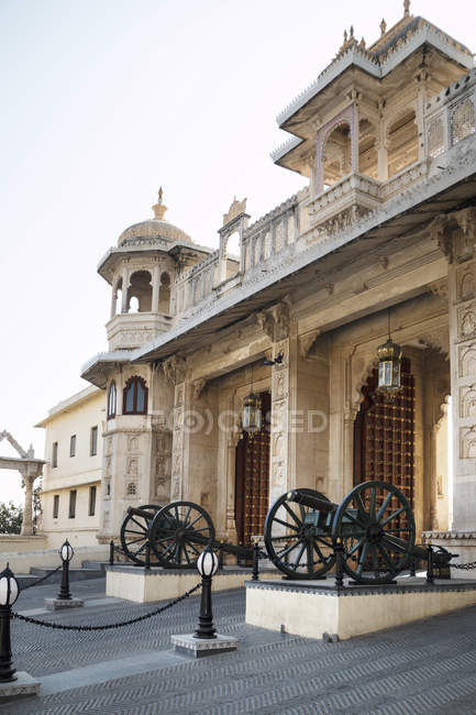 Gatehouse con cannoni all'ingresso del Palazzo del Maharaja di Udaipur, Rajasthan, India, Asia — Foto stock