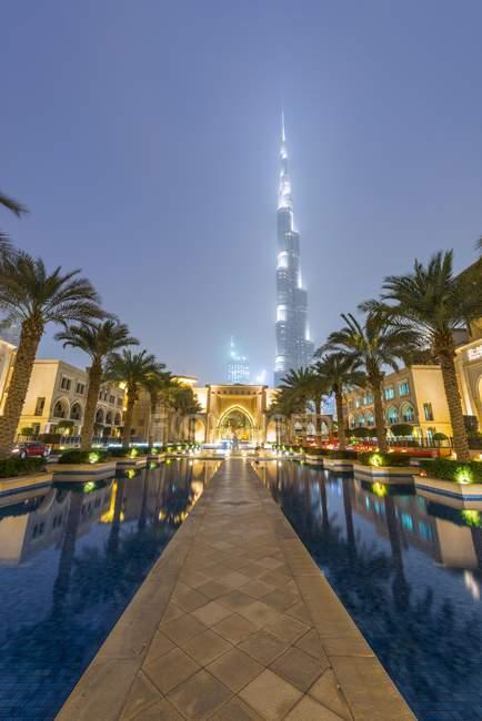 Palm trees and fountains with Burj Khalifa in Dubai, United Arab Emirates, Asia — Stock Photo