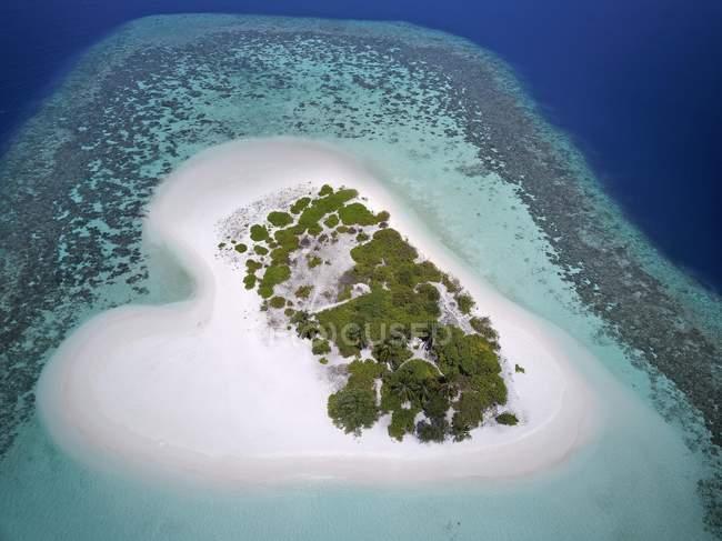 Формі серця нежилих Палм-Айленд з піщаним пляжем, Арі атол, Мальдіви — стокове фото